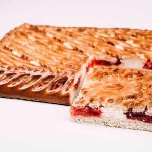Пирог с брусникой и творогом